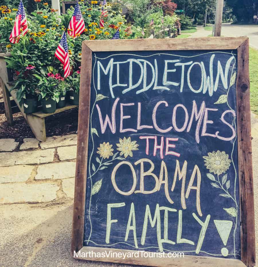 """A blackboard sign in Martha's Vineyard reading: """" Middletown welcomes the Obama Family"""""""